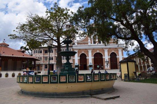 Loja, Ecuador: Plaza de la Independencia vista hacia la Iglesia de San Sebastián,