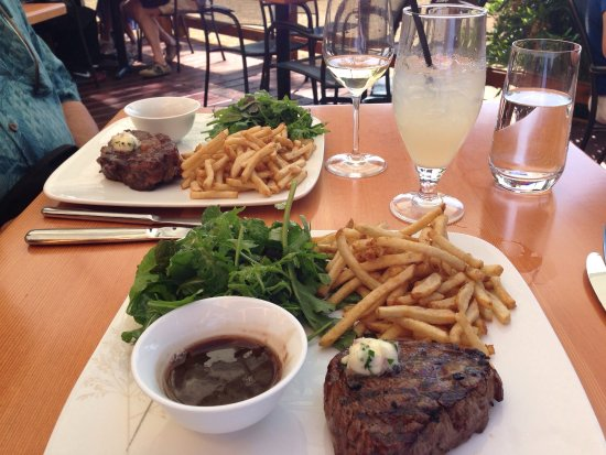 Mill Bay, Kanada: Delicious steak and frites with arugula salad