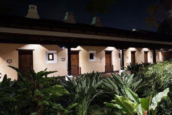 Porta Hotel Antigua : (Sección aledaña:Las chimeneas) de noche