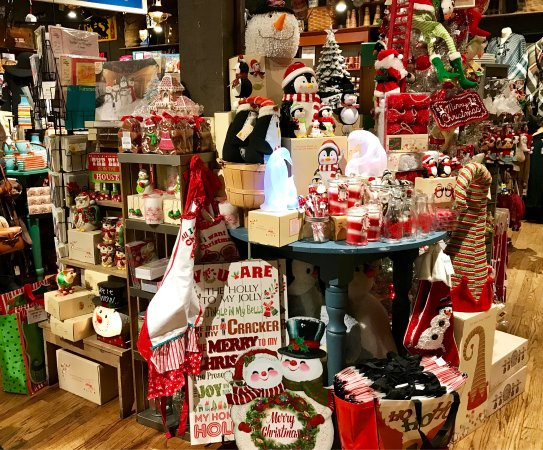 cracker barrel inattentive waitress labor day 70 of decor in store was - Cracker Barrel Store Christmas Decorations