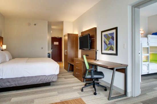 Aurora, IL: Kids' Suite with Twin Bunk Beds and Play Station