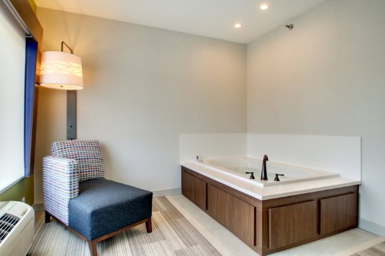 Aurora, IL: Bridal Suite Hot Tub and Fireplace
