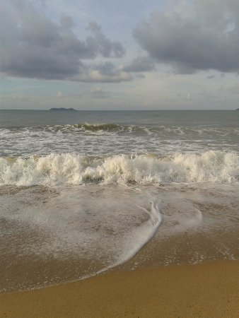 Yin Yuan Holiday Resort: Песочный пляж, волны были не каждый день, примерно половину из 12 дней мы плавали, вода очень тё