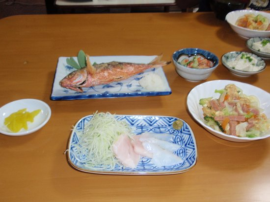 "Kuro-shima Taketomi-cho, Japón: Dinner at the hotel. Good stuff! The fish in ""Fried Gurukun"", a real Okinawa delicacy."