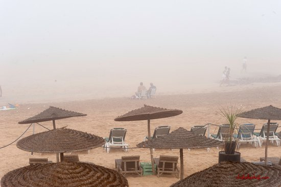Temara, Marruecos: Morgendlicher Nebel am Strand des Hotels.