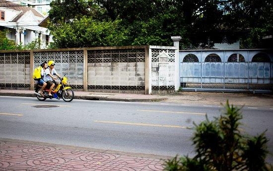 Yim Bangkok (Yim Huai Khwang) : view from breakfast room, street life