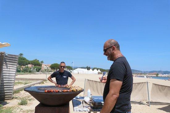 La Voile Plage: Eric le patron et Olivier le chef second en train de préparer les brochettes