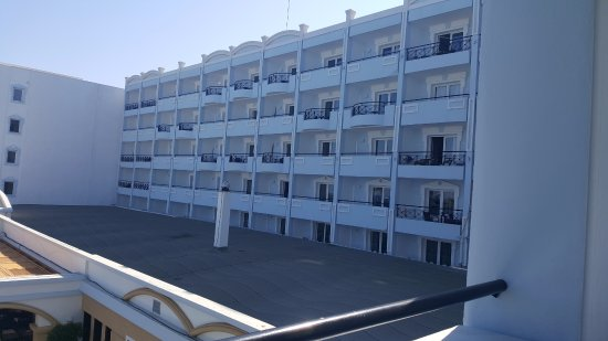 Mitsis Grand Hotel Beach Hotel: 1st floor room - part of balcony below the flat roof level