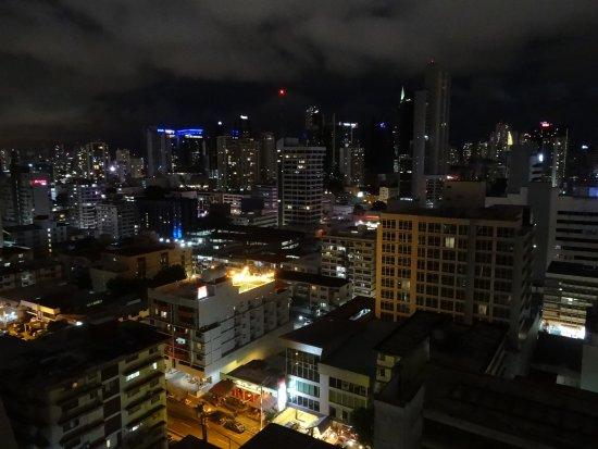 Tryp by Wyndham Panama Centro: Blick vom Dachpool auf das nächtliche Panama