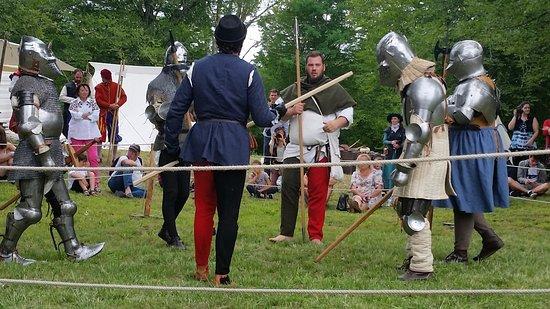 Villandraut, ฝรั่งเศส: démonstration de combats médiévaux