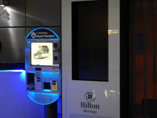 Hilton London Heathrow Airport: バスの券売機