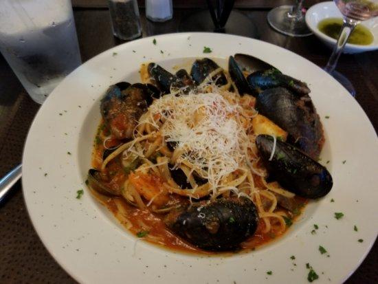 Bayside, نيويورك: linguini frutti di mare meal