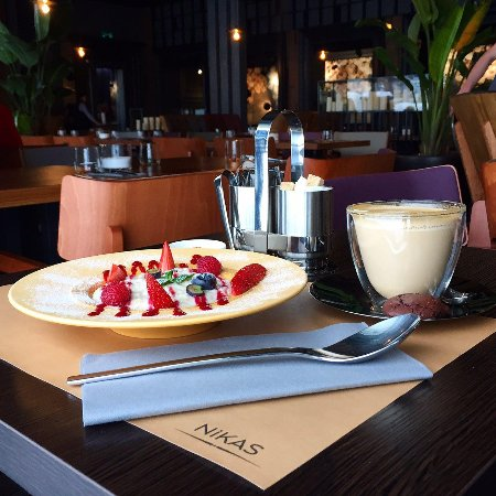 Nikas Restaurant: Our amazing outmeal with berries and strawberry syrop - perfect idea for morning.
