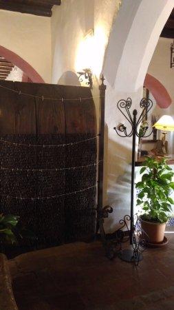 Casarabonela, สเปน: если присмотреться, то зону ресторана от ресепшн отделяет настоящая борона с каменными пластинка
