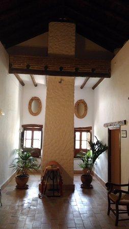 """Casarabonela, สเปน: Второй этаж тоже украшен предметами сельского быта, по обеим сторонам двери в """"цветочные номера"""""""