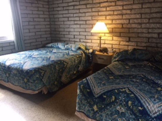 Key Lantern Motel and Blue Fin Inn: Our 2 double beds, non headboards, entry to the immediate right