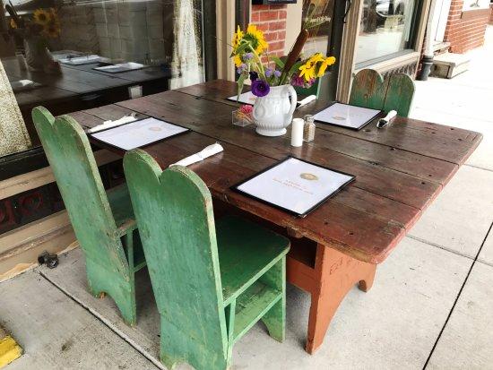 Bird's Nest Cafe: sidewalk dining