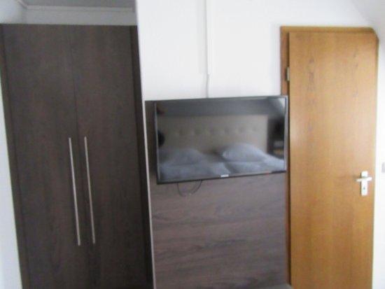 tv con armadio e porta bagno - Picture of Signature Hotel ...