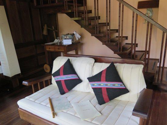 Sandoway Resort: Sitzecke mit Treppe zum Schlafzimmer