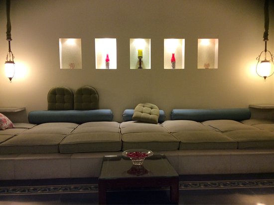 Taj Usha Kiran Palace, Gwalior : Ground floor room with low ht seating and lit niches
