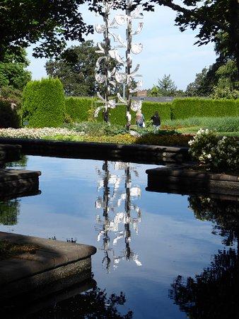 Oregon Garden: sculpture reflection