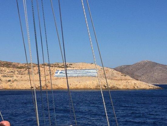 Katerina 3 Island Cruise: griechische Flagge aus Steinen