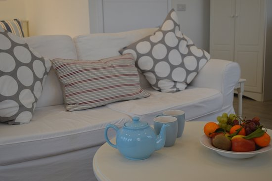 Veryan in Roseland, UK: The 'Garden Room' has its own lounge area for you to relax & unwind.