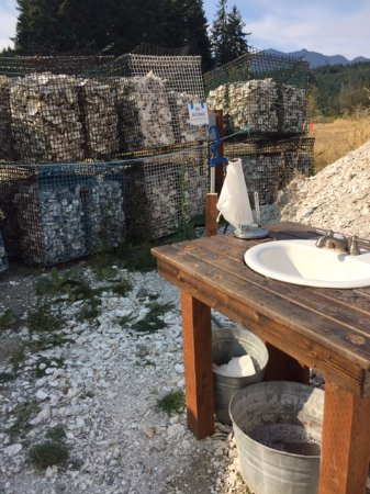 Lilliwaup, Ουάσιγκτον: The temporary washing station, in case you're picky about delectable oyster juices on your hands
