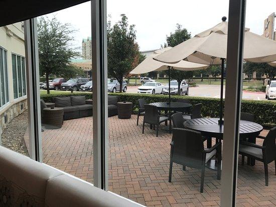 Hilton Garden Inn Frisco: Outdoor Patio By The Dining Room