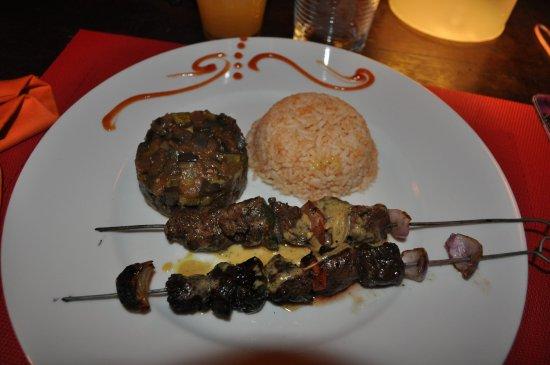 Hotel Libertalia: brochettes de zebu, riz, petits légumes.