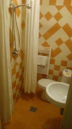 B & B Novecento: Bagno camera arancio