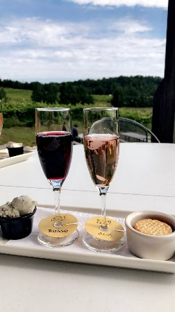 Suttons Bay, มิชิแกน: $9 flight, including Sex & Rosso wines, with asiago cheese & crackers