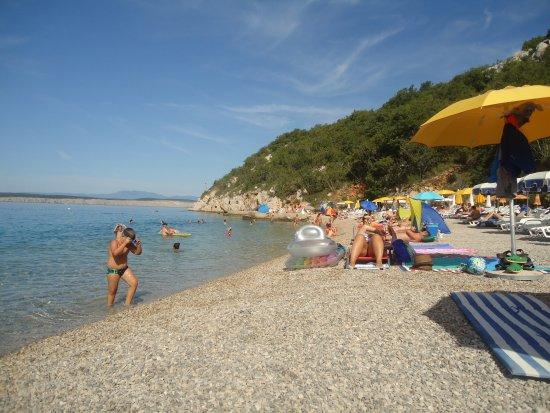 Dramalj, Hırvatistan: pláž malá pekná, len jeden malý bufet