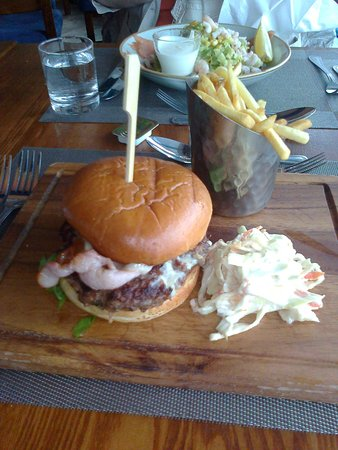Lee-on-the-Solent, UK: Burger on a breadboard, and chips served in a coal-scuttle