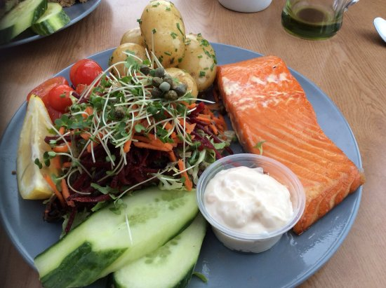 West Runton, UK: Salmon with buttery new potatoes and salad