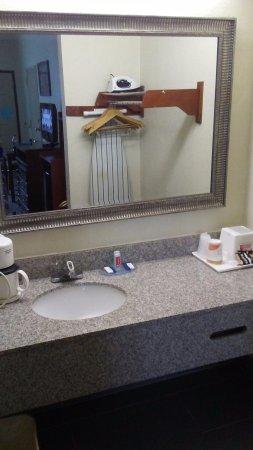 Fort Oglethorpe, GA: Very, VERY short vanity.