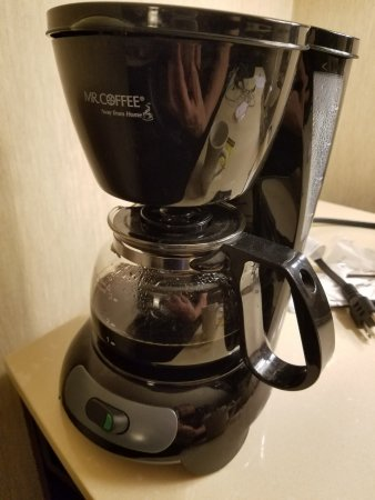 Crowne Plaza Harrisburg-Hershey: Coffee Pot (Cold coffee not emptied)