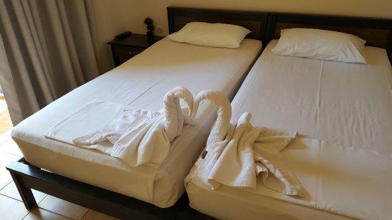 Melina Beach Hotel: Så här fint fixar städerskan till så att vi ska uppskatta deras jobb..
