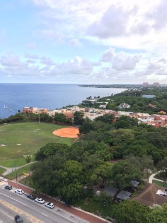 Sonesta Coconut Grove Miami: View from balcony overlooking park and The Cloisters