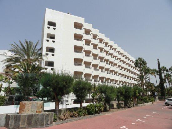 Corallium Beach By Lopesan Hotels: Hotel von der Straße aus