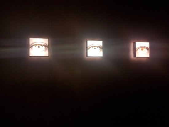 H10 Urquinaona Plaza: Quirky Eye lights in the room and around the hotel