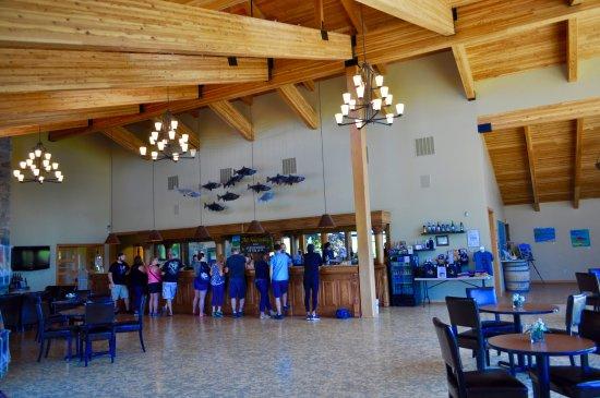 Mt. Hood Winery: Large welcoming tasting room.