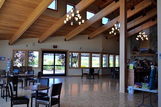 Mt. Hood Winery: Stunning building with Italian cork floors.