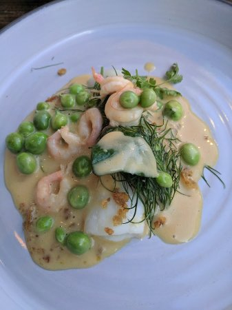 Höst: Appetizer (witch-flounder with peas and shrimp and chicken skin)