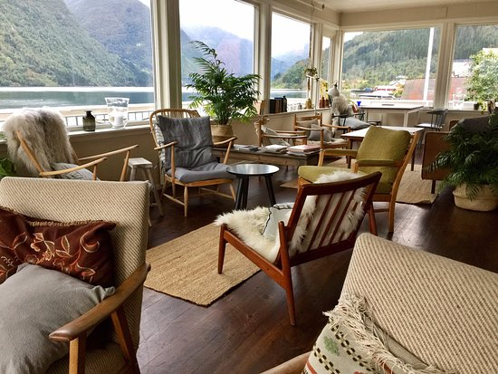 Fjaerland, Noruega: Main living room looking out at the fjord