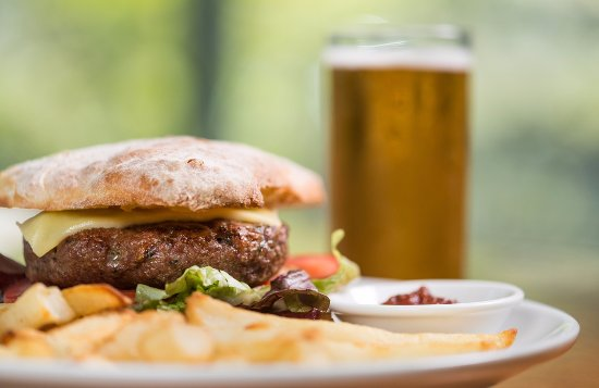 Gipsy Point, Australia: Burger and beer - lunch in the cafe