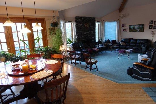 ماونتنفيو بيد آند بريكفاست: Breakfast area and common area