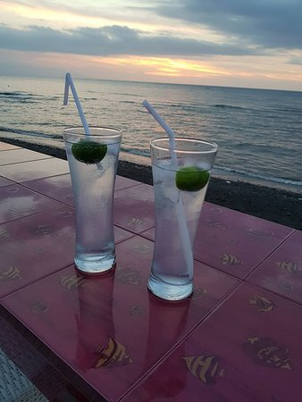 Villa Agung Beach Inn: Gin and Tonics watching the sun set over Java