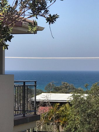 Peregian Beach, Australia: Lovely apartment opposite the beach across a driveway.