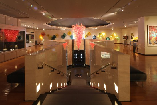 Nakamura, Japón: 現代ガラスアートの第一人者でアメリカの人間国宝第一号に認定されました、デイル・チフーリが当館の為に制作しました「シャンデリア」と「ウォール・インスタレーション」です。